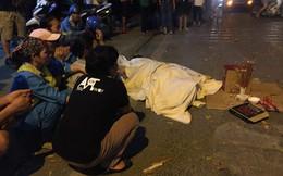 """Đồng nghiệp khóc nghẹn, ngồi vây quanh thi thể nữ công nhân bị ô tô """"điên"""" đâm tử vong"""