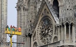 24h qua ảnh: Công nhân kiểm tra thiệt hại của nhà thờ Đức Bà