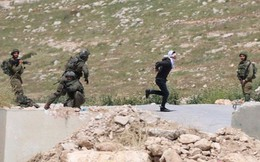 Cảnh tượng kinh hoàng: 4 lính Israel vây bắt, nã đạn vào thiếu niên Palestine bị bịt mắt, còng tay