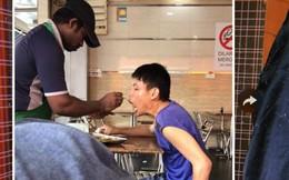 Người bồi bàn từ tốn đút thức ăn cho khách bị bại liệt gây xúc động mạnh