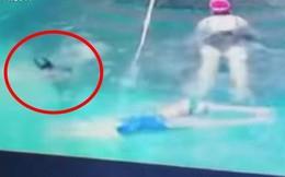 Thấy con quẫy nước, mẹ tưởng đang chơi đùa, đến khi nhân viên cứu hộ nhảy xuống mới biết mình suýt mất con