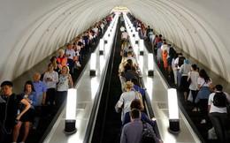 Phép lịch sự khi đi thang cuốn: Đứng yên sẽ giúp mọi người di chuyển nhanh hơn