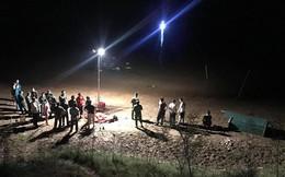 Hàng trăm người dân ra cầu theo dõi tìm kiếm 3 chị em họ mất tích khi tắm sông