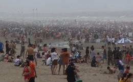 Video: Bờ biển 3km chật cứng người tắm tại Sầm Sơn