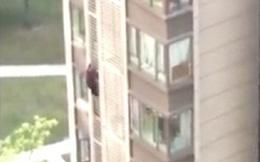 Cụ bà 84 tuổi leo xuống từ cửa sổ tầng 14 như người nhện