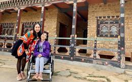 Ngồi xe lăn đi du lịch nước ngoài, Mai Phương xúc động bật khóc khi đứng cầu nguyện cùng Ốc Thanh Vân