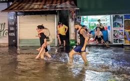 """Hà Nội mưa lớn dịp nghỉ lễ 30/4-1/5, nhiều tuyến phố biến thành """"sông"""", khách Tây lội bì bõm"""