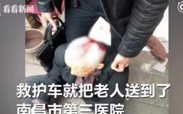 Hy hữu: Đi bộ trên đường, cụ ông gặp họa vì bị xe đạp rơi trúng đầu