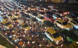Người Sài Gòn đổ về trung tâm xem bắn pháo hoa, đường vào tòa nhà 81 tầng kẹt cứng