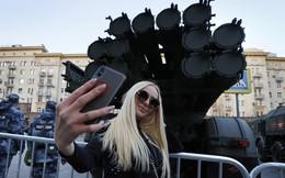 24h qua ảnh: Cô gái chụp ảnh cùng với vũ khí khủng của Nga