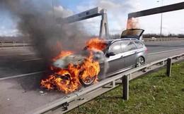 BMW bốc cháy trên đường cao tốc, cặp đôi thoát chết trong gang tấc
