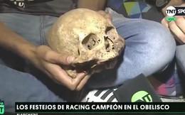 Cháu đào mộ ông lấy hộp sọ mang ra đường để 'cùng nhau ăn mừng' chiến thắng của đội bóng đá Argentina