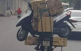 Shipper chở đồ cồng kềnh giữa phố, món đồ đặc biệt trên yên sau gây chú ý