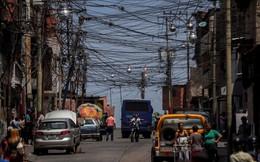 """24h qua ảnh: Dây điện giăng như """"mạng nhện"""" trên đường phố thủ đô Venezuela"""