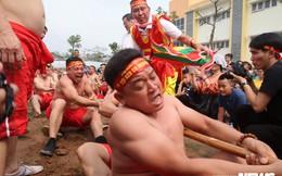 Ảnh: Tròn mắt xem trai Thủ đô mình trần vạm vỡ thi kéo co ngồi ở hội đền Trấn Vũ