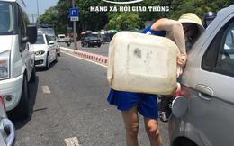 Giữa trưa nắng gắt, người phụ nữ tranh thủ dừng xe, tự đổ xăng gây ách tắc