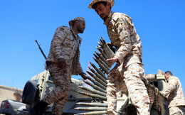 24h qua ảnh: Phiến quân Hồi giáo Libya nạp đạn tại chiến tuyến
