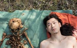 Nghệ sỹ bị chỉ trích 'vô đạo đức' khi đào hài cốt 30 năm của cha lên chụp ảnh