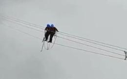 Kinh hoàng cảnh thợ điện đi trên dây điện cao thế