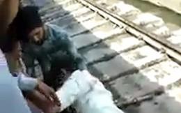 Băng qua đường ray thì tàu hỏa lao đến, người đàn ông nhanh trí làm 1 việc để thoát chết