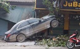 3 bức ảnh ghi lại hiện trường tai nạn khó hiểu của xe sang Mercedes
