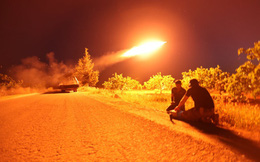 24h qua ảnh: Quân nổi dậy nã tên lửa vào quân đội Syria