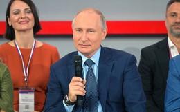 """Ông Putin """"khoe"""" từng bế một cụ bà hàng xóm lên tầng 5 vì khu nhà không có thang máy"""