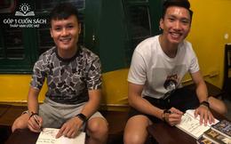 Sách, chữ ký và lời đề tặng ý nghĩa từ hai danh thủ Nguyễn Quang Hải, Đoàn Văn Hậu