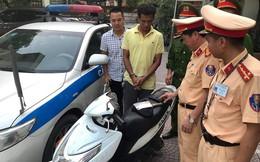 CSGT bắt kẻ đút dao, súng trong túi quần mang xe máy vừa cướp được đi tiêu thụ