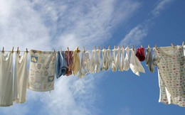 Góc các bà nội trợ thắc mắc: Vì sao quần áo dùng máy sấy làm khô thì mềm, nhưng phơi ngoài nắng lại cứng cong queo?