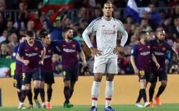 """Siêu hậu vệ của Liverpool hết bị Suarez """"xỏ mũi"""" lại đứng yên nhìn Messi dễ dàng ghi bàn"""