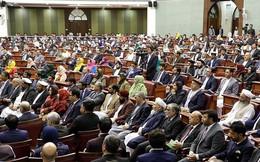 Nghị sĩ xách dao chạy quanh Quốc hội vì bất đồng quan điểm