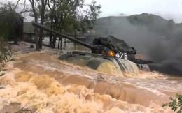 QĐND Việt Nam chở xe tăng qua sông bằng thuyền gỗ: Chuyện có một không hai trên TG