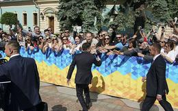 """Từ chối ngồi xe hộ tống, tân Tổng thống Ukraine Zelensky """"chơi trội"""" trong ngày nhậm chức?"""