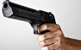 Nam thanh niên dùng súng tự chế bắn thủng cửa nhà dân để cảnh cáo