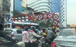 Lao ngược chiều lên cầu vượt Thái Hà, xe khách bị mắc kẹt ở thanh giới hạn chiều cao gây ùn tắc