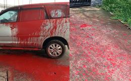 Cảnh ô tô bị vấy sơn đỏ, ngoài sân vương vãi ống kim tiêm gây xôn xao mạng xã hội
