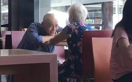 Bức ảnh chụp cụ ông và cụ bà trong quán ăn có gì đặc biệt mà nhận được gần 80 nghìn lượt chia sẻ, dân mạng xuýt xoa ngưỡng mộ?
