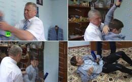 [VIDEO] Một phút bốc đồng, quan chức Nga hạ đo ván phóng viên vì khó chịu với câu hỏi