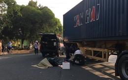 Vợ ôm con khóc ngất khi chứng kiến chồng chết thảm dưới bánh xe container trên đường đi làm