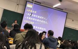 Bức ảnh người đàn ông cầm điện thoại quay phim cô giáo trên giảng đường gây sốt MXH, khi biết câu chuyện đằng sau ai cũng động lòng