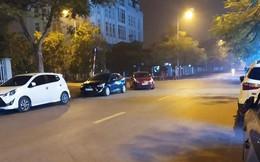 Ngã tư phố và hình ảnh chiếc xe đỏ khiến ai đi qua trông thấy cũng bức xúc