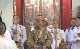 """Vua Rama X ngồi lên ngai vàng dưới tán lọng 9 tầng, chính thức trở thành """"vị thần"""" của người dân Thái Lan"""
