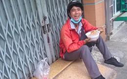 Anh shipper ngồi ngoài cửa nhà ăn mì, nhìn tươi cười nhưng câu chuyện bên lề lại cay đắng