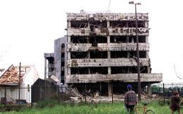 """Vụ Mỹ ném bom nhầm Đại sứ quán TQ: Bắc Kinh cay đắng """"lạc hậu thì chịu ăn đòn"""" và lời tuyên chiến đáng sợ"""