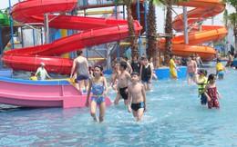 Giữa cao điểm nắng nóng, người dân đổ xô đến công viên nước lớn nhất Hà Nội