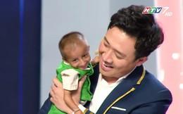 Xúc động cảnh Trấn Thành bế cậu bé 11 tuổi cao 60cm, nặng 3,9 kg và tặng tiền nuôi dưỡng