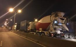 Cầu Phú Mỹ ùn ứ kéo dài vì xe tải lật ngang chắn hết đường
