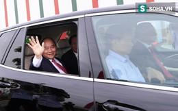 Chủ tịch Vingroup Phạm Nhật Vượng cầm lái LUX SA2.0, chở Thủ tướng Nguyễn Xuân Phúc trong khuôn viên VinFast