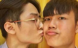 Bức ảnh 2 nam sinh điển trai sinh năm 2001 hôn má nhau âu yếm có gì hot mà dân mạng rần rần vậy?